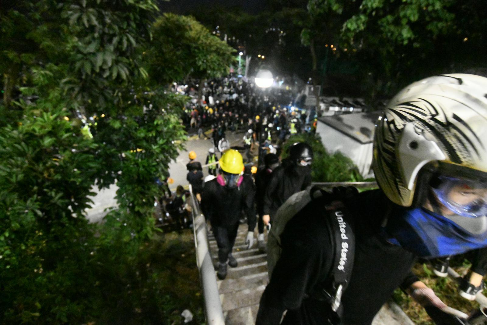 示威者與警察晚上持續對抗。