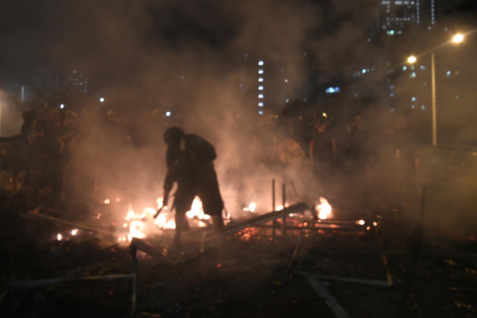 示威者與警察持續爆發鬥爭。