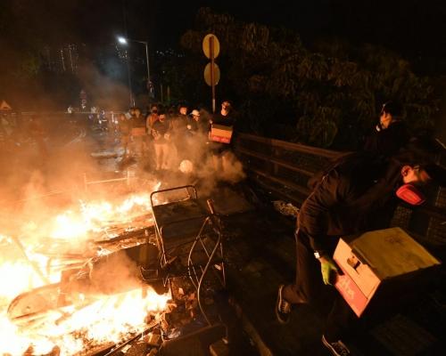 【大三罷】警方斥中大示威者趁警員撤離時動武違協議