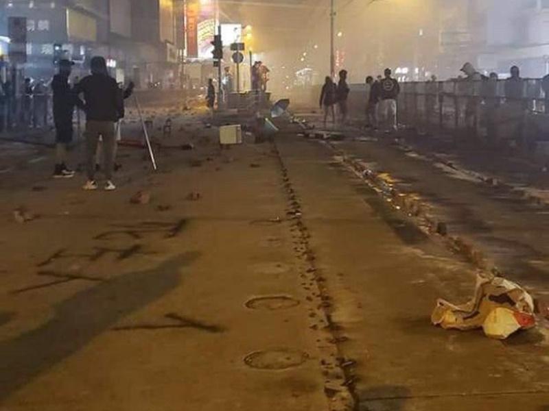 元朗示威者疑石屎封路軌。網上圖片