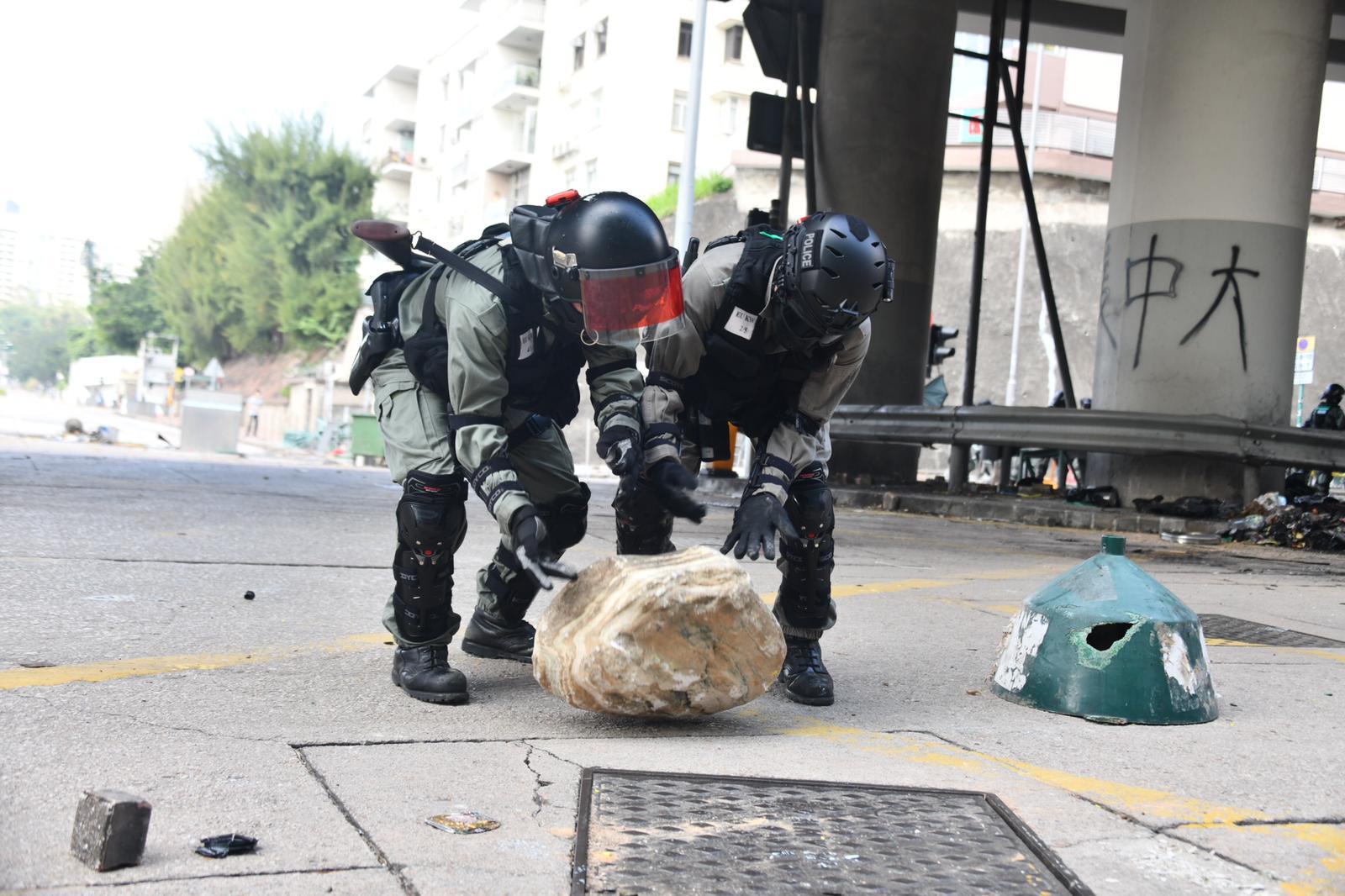 防暴警員到場清理路障。
