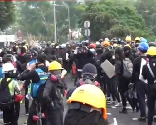 【大三罷】中大示威者通宵留守二號橋 20速龍路障拘五人