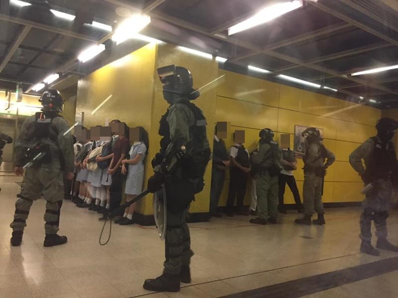 油塘站月台逾10中學生被防暴警截查。網上圖片