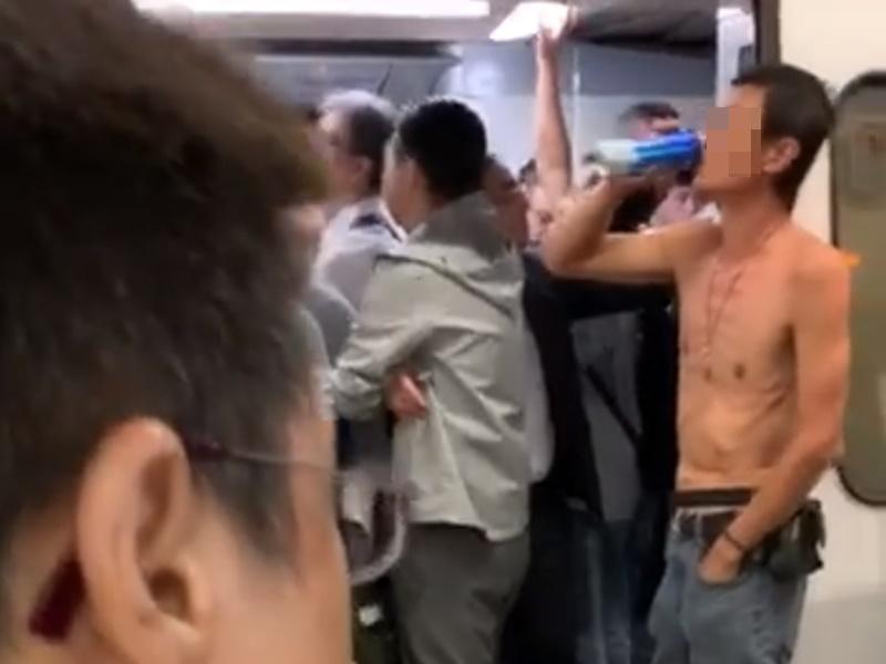 男子荃灣站疑阻車門起爭執。網上圖片