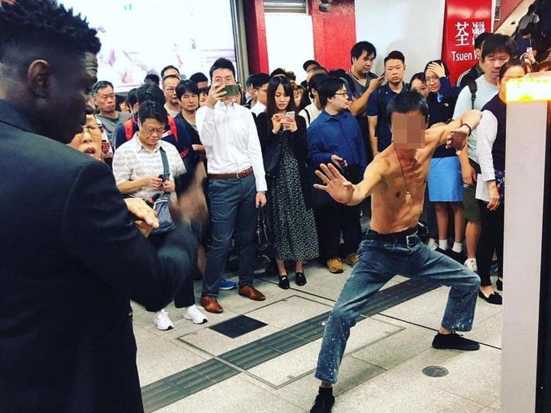 男子擺武鬥姿勢惹討論。網上圖片
