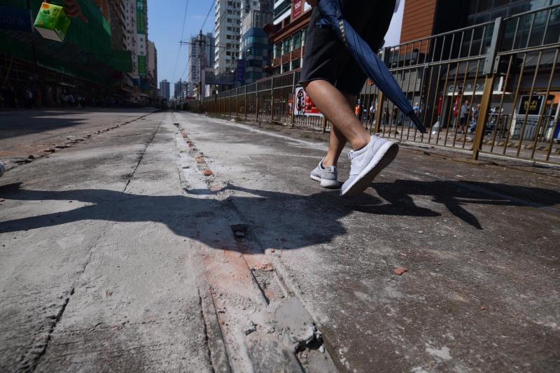 元朗示威者疑石屎封路軌。
