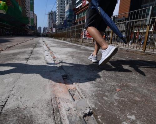 【大三罷】元朗示威者疑石屎封路軌 輕鐵多線停駛改道