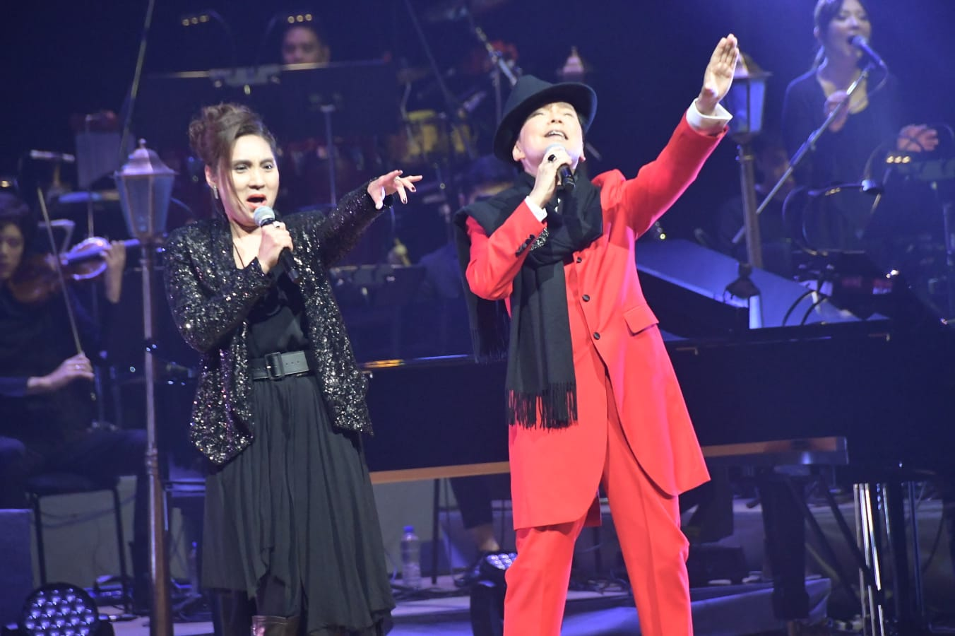 三嫂在台上唱足三首歌。