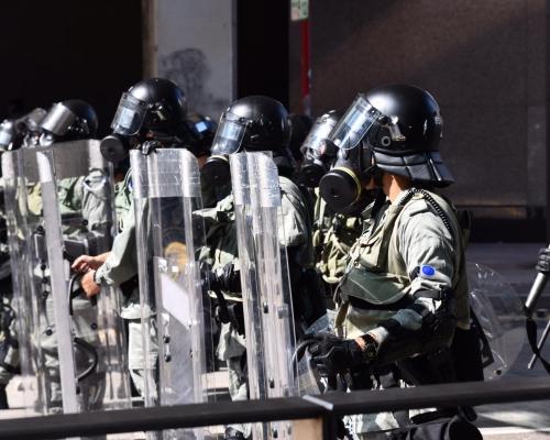 【大三罷】警中環拘多人 黑衣人再行出馬路築路障