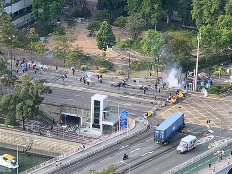 示威者大埔築路障對峙,警方施放催淚彈。Miumiu Tam圖片