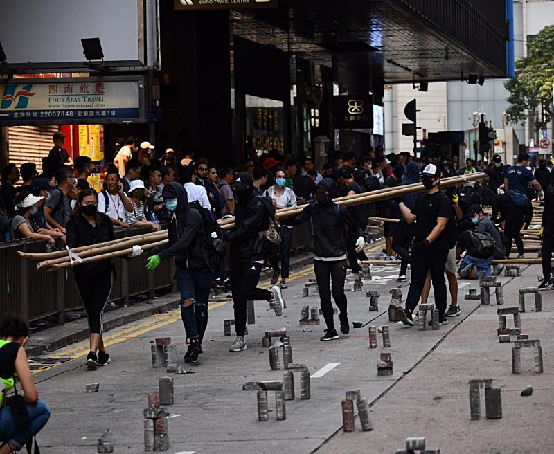 示威者搬來竹枝。
