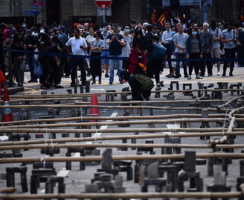 示威者堆砌磚頭堵路。