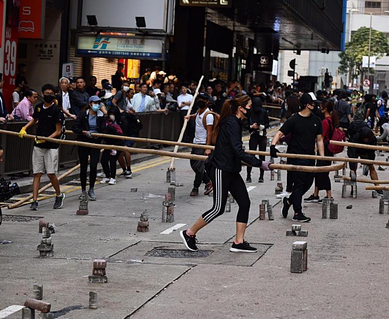 示威者搬來竹枝堵路。
