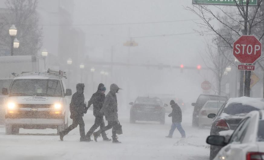 惡劣的天氣影響行車,車禍導致四人死亡,航空交通同樣大亂。AP