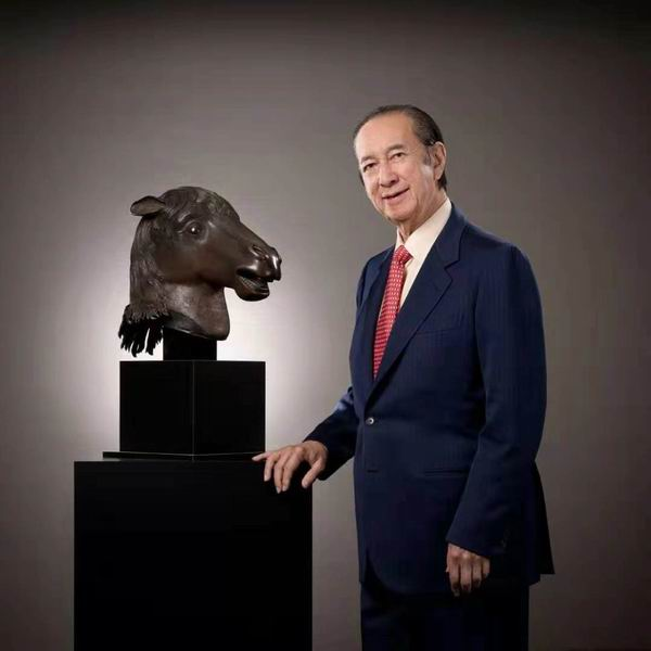 何鴻燊當年和馬首合照。