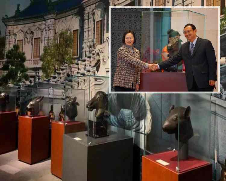 何鴻燊女兒何超瓊(左)及文化和旅遊部部長雒樹剛於捐贈儀式上。