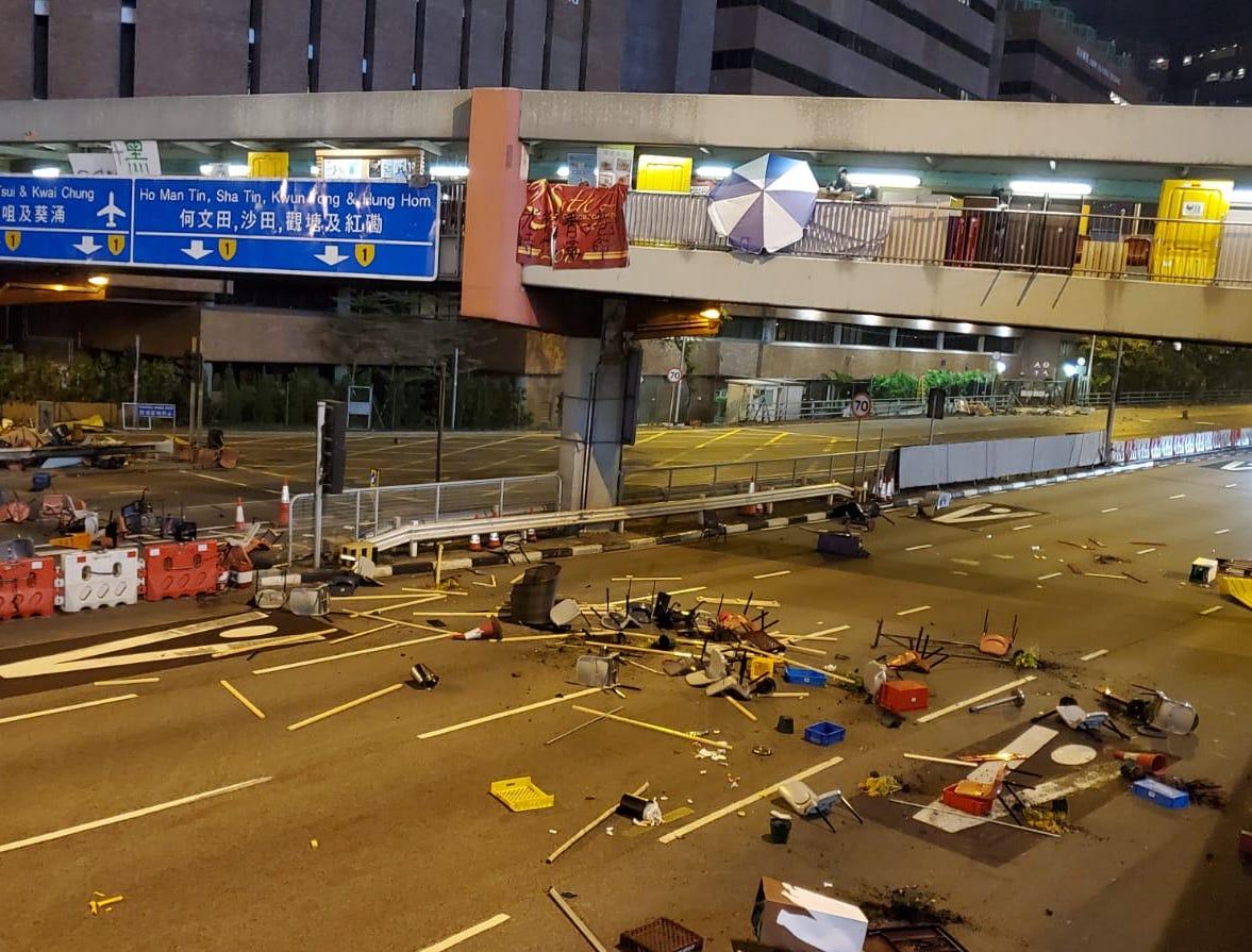 【大三罷】示威者天橋擲物堵紅隧 縱火燃燒收費站設施