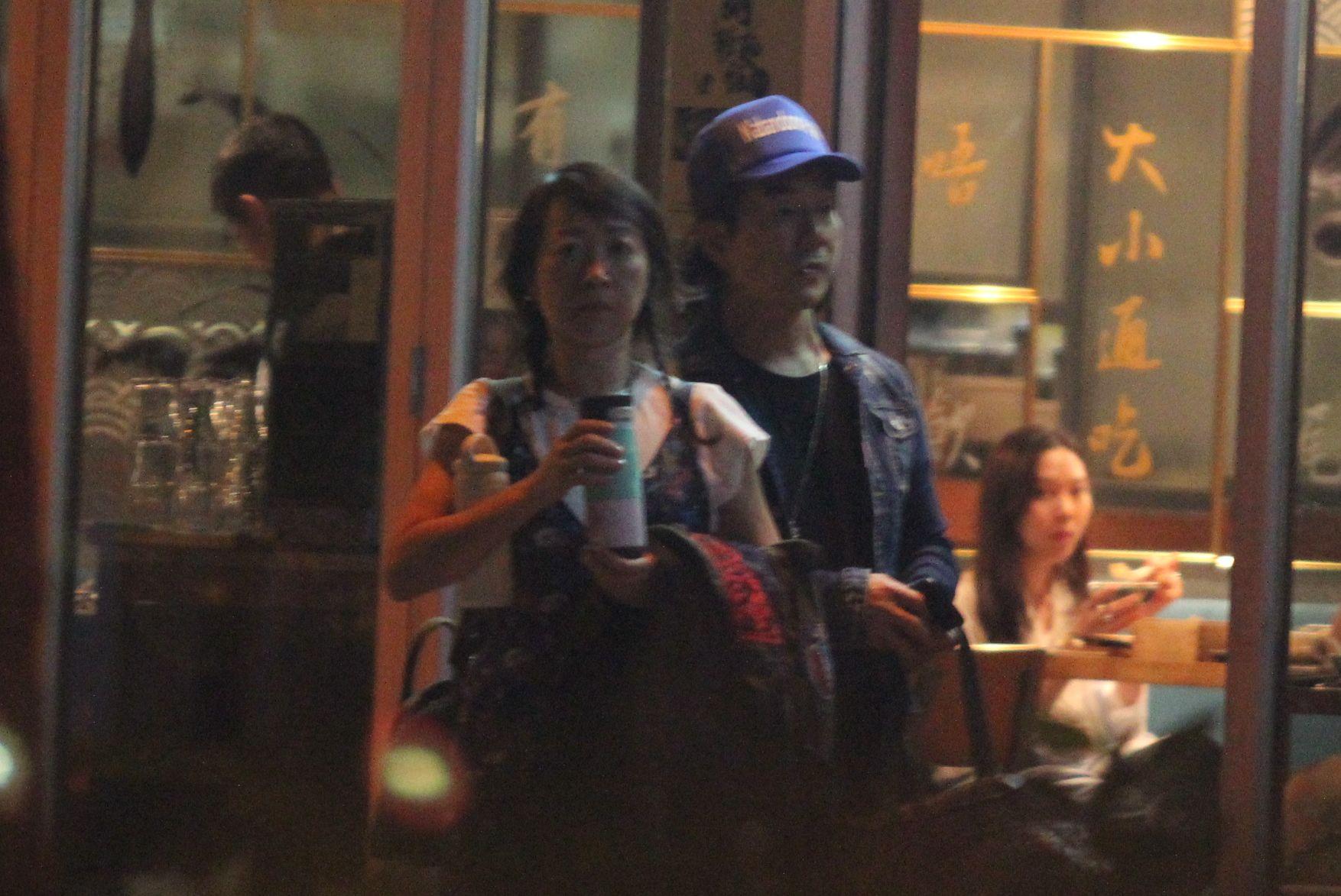 小齊埋完單偕太太步出餐廳。