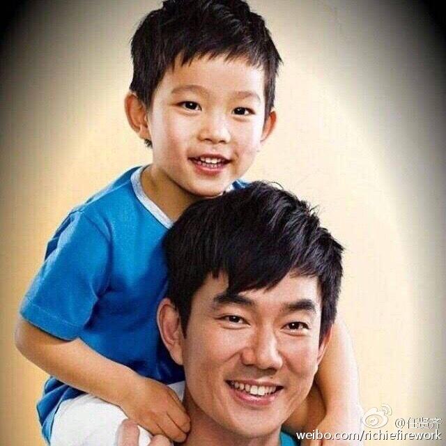 任賢齊在社交網分享父子溫馨合照賀兒子8歲生日。