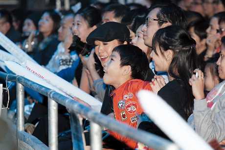 15年,任賢齊舉行男人幫演唱會,太太Tina與子女齊去捧場。