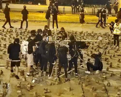 【大三罷】入夜後仍聚集九龍塘一帶 示威者自製投石器成功發射