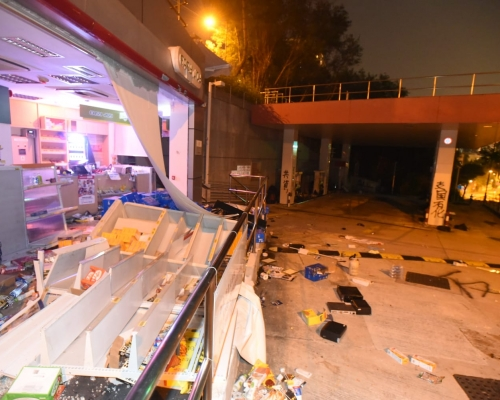 【大三罷】理大對開現水浸 示威者九龍塘縱火毀油站