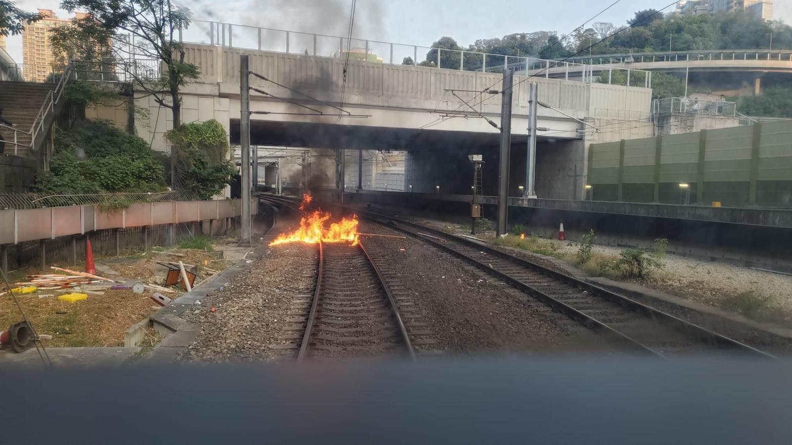 紅磡站路軌遭掟燃燒物。港鐵圖片
