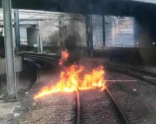 【大三罷】西鐵線行走紅磡至元朗站 紅磡站路軌遭掟燃燒物列車一度受阻