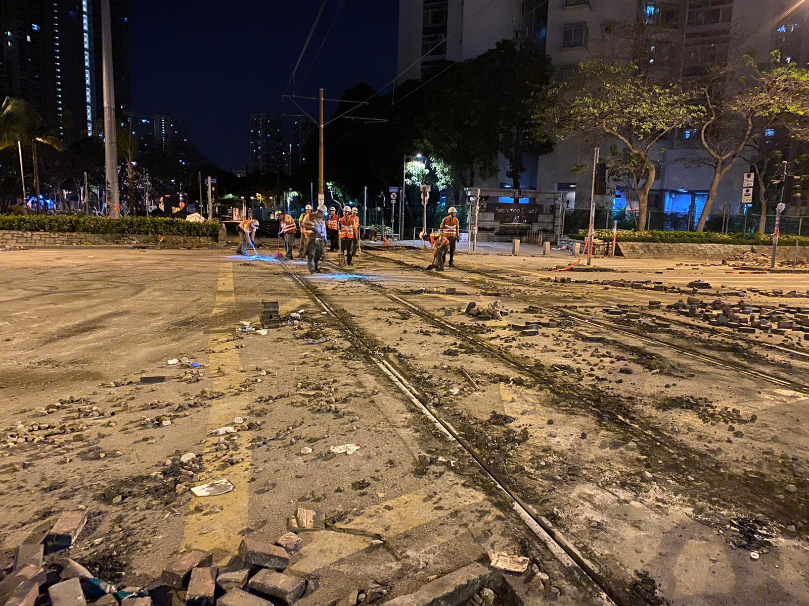 天耀路天湖路交界的輕鐵路軌,被人用水泥填平。港鐵提供