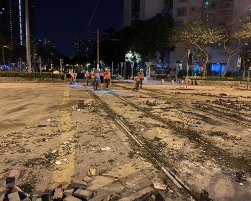 【大三罷】水泥填平輕鐵路軌 將軍澳站東涌站被爆玻璃縱火(多圖)