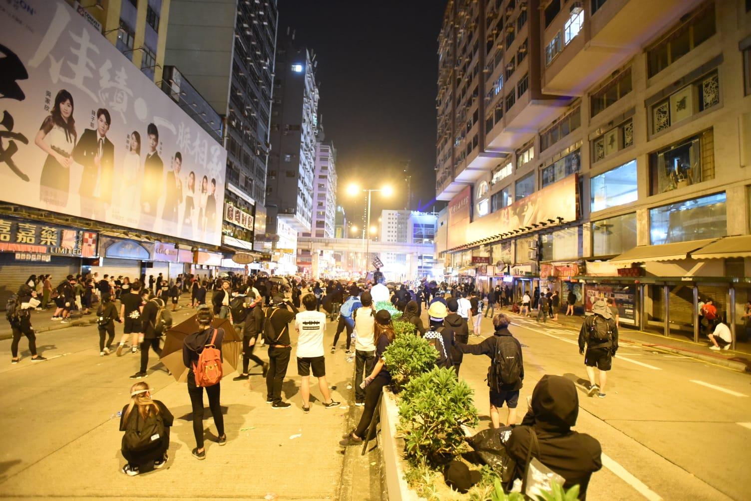 示威者凌晨1時左右仍在彌敦道與太子道西交界聚集。