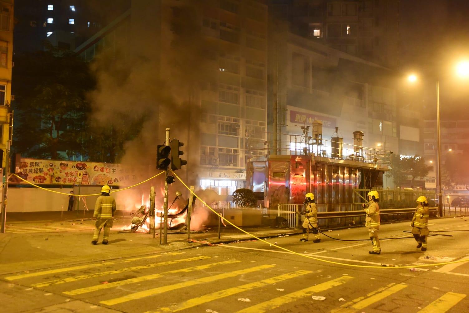 荔枝角道彌敦道交界,有雜物疑被縱火焚燒。