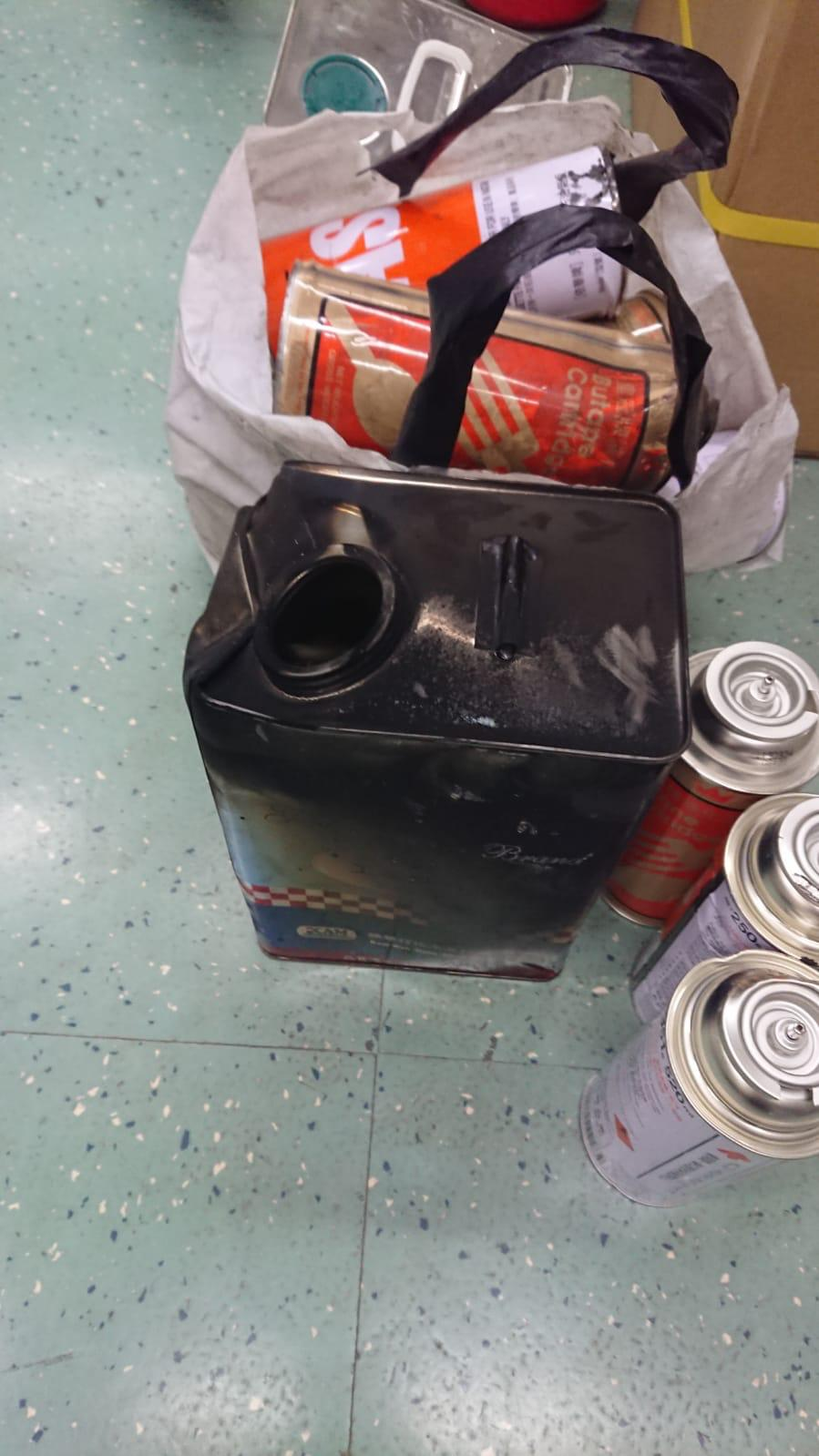 職員在路軌範圍檢獲松節水罐以及氣體罐等。港鐵圖片