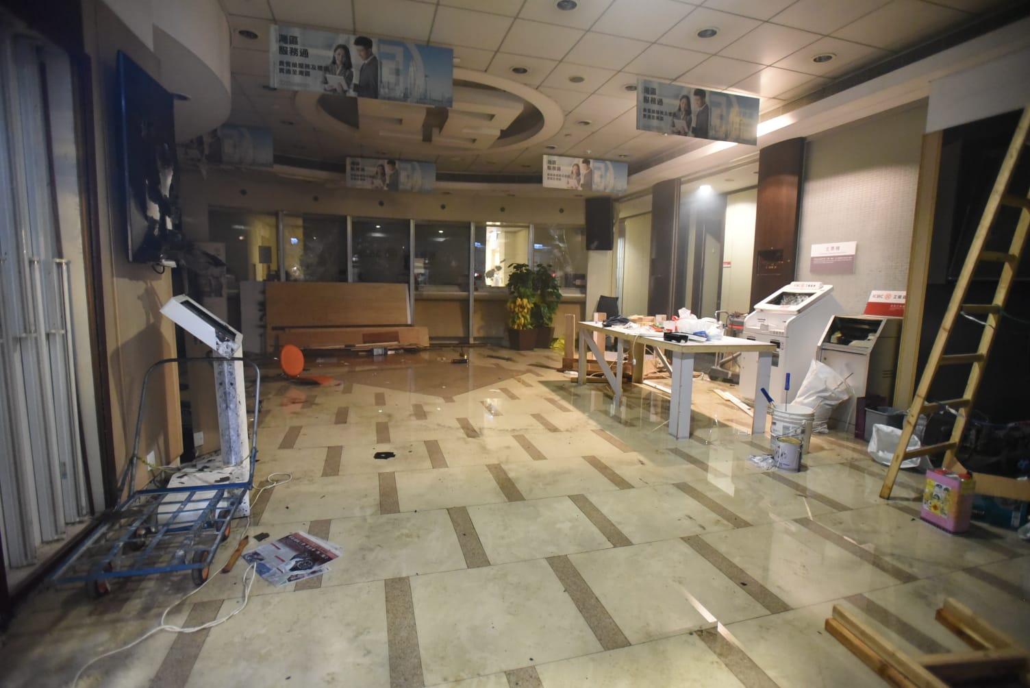 工商銀行旺角其中一間分行被破壞。