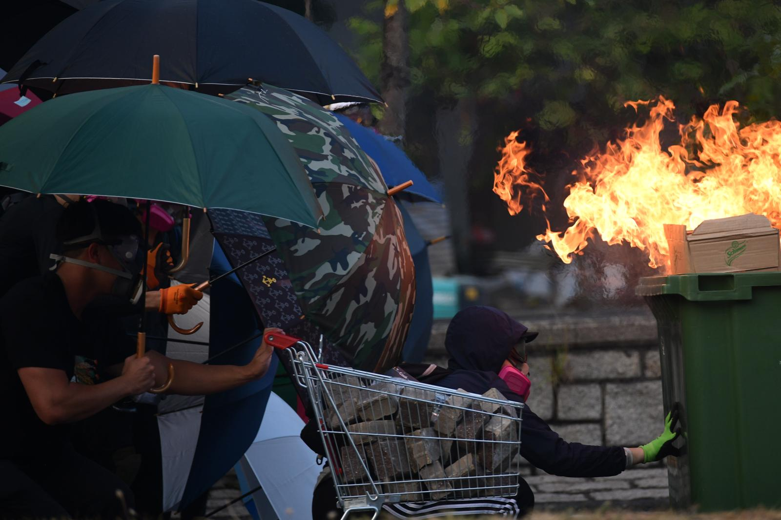 北京官媒央視熱評,昨天警告,香港繼續這麼亂下去,「留給香港社會自我修正的時間恐將所剩無幾。」