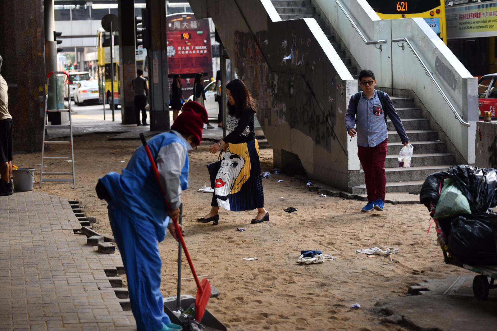 行人路地磚被掘起變成沙地。