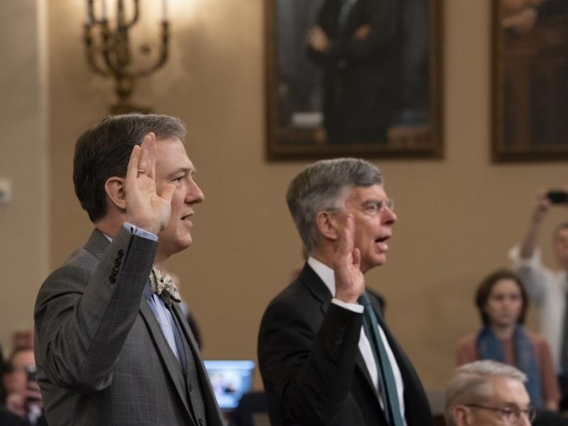 美國前駐烏克蘭大使泰勒(右)及副助理國務卿肯特(左)對總統特朗普的彈劾調查公開作證。AP