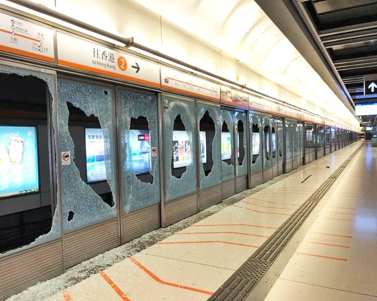 東涌站月台幕門被打爆。香港鐵路工會聯合fb圖片