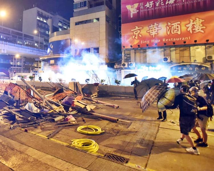 警員凌晨約零時展開驅散行動。