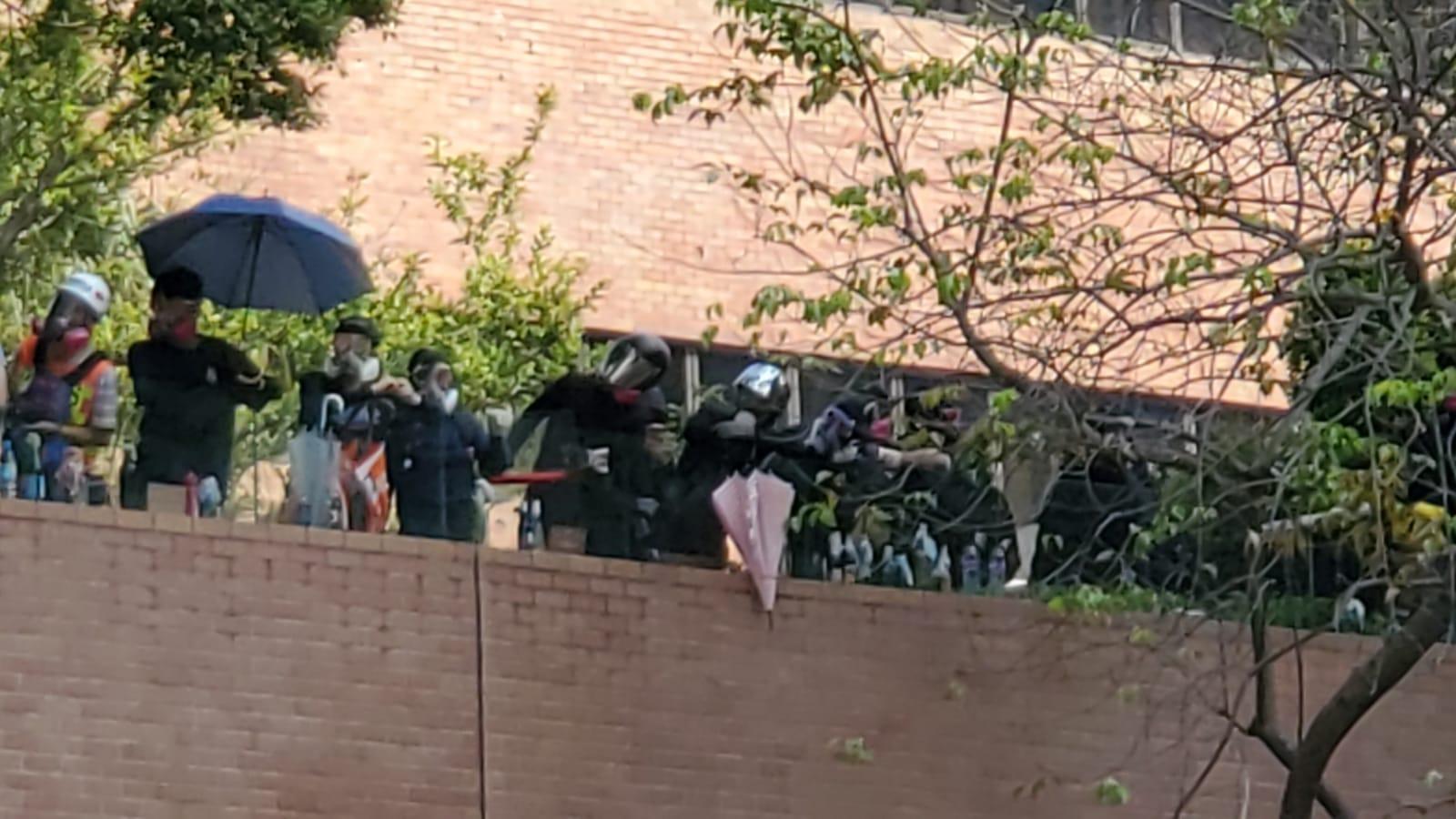 【大三罷】警向理大施放催淚彈 指示威者射箭