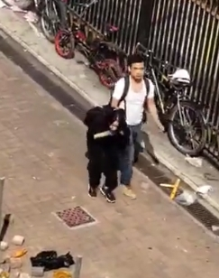 有女子疑被捉走。網上圖片