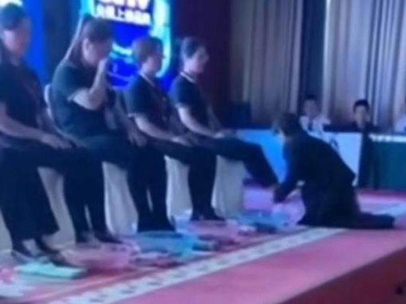公司女總裁下跪幚員工洗腳代替獎勵惹爭議。(網圖)