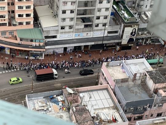 數十制服人佔據大馬路遊行。網上圖片