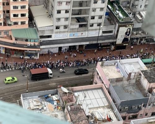 【大三罷】元朗站數十制服人聚集 佔據大馬路遊行