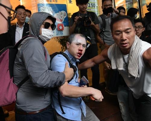 【大三罷】中環示威區男子疑遭「私了」 鼻受傷流血 (有片)