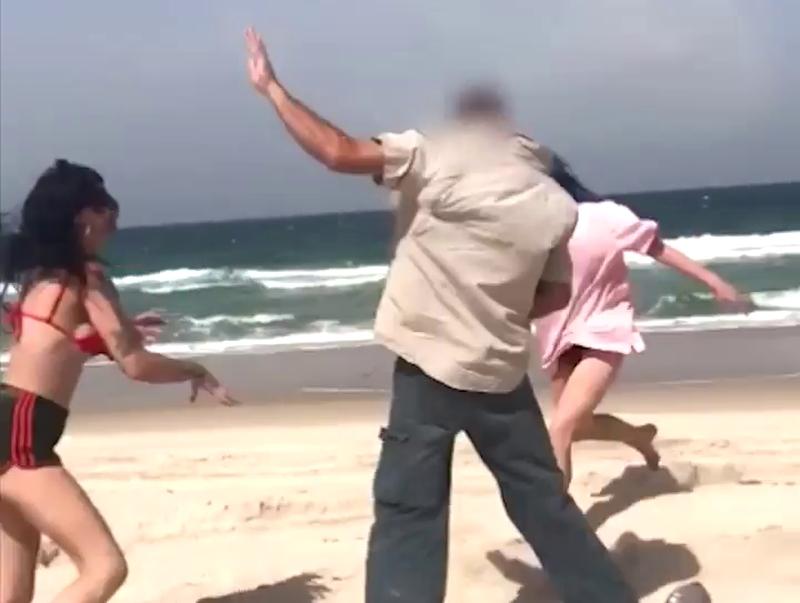 女遊客對警衛丟沙吐口水兼拳打腳踢。(網圖)