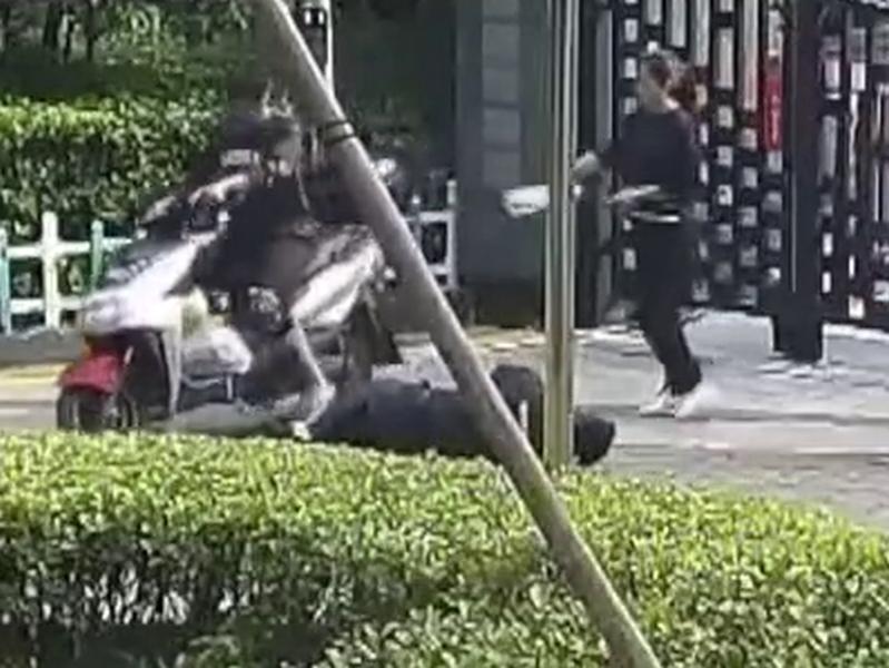 外賣員騎電單車硬闖住宅,將保安打暈在地。(網圖)