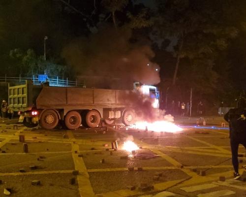 【大三罷】泥頭車紅磡衝路障被擲汽油彈 車身帆布一度起火