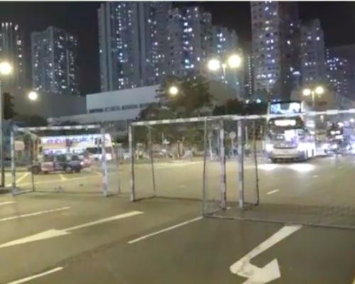 【大三罷】示威者荃灣搬龍門架堵路 防暴警射催淚彈