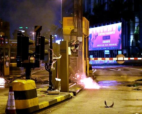 【大三罷】示威者紅隧收費亭兩度縱火 傳出爆炸聲